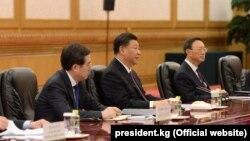 Председатель КНР Си Цзиньпин (в центре) на встрече с президентом Кыргызстана Сооронбаем Жээнбековым. Пекин. 28 апреля 2019 года.