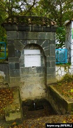 Действующий источник у входа на территорию Юсуповского дворца
