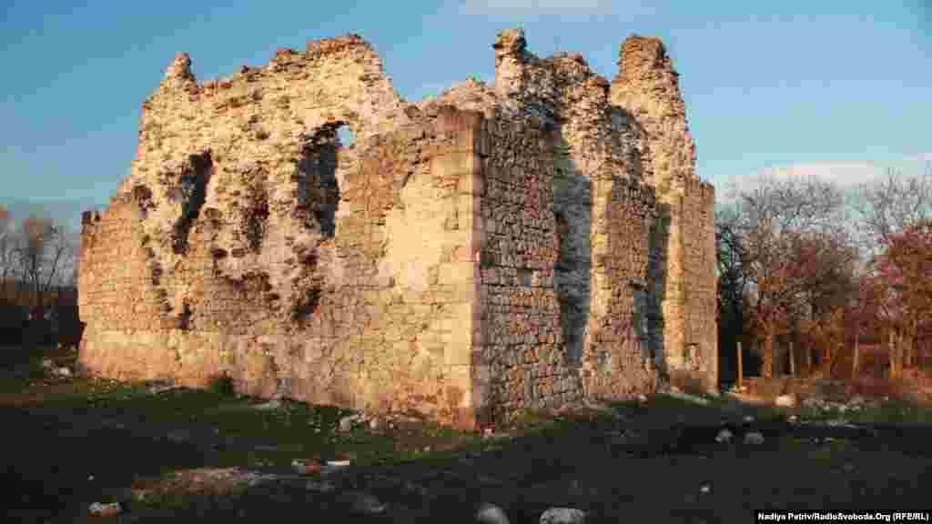 Середнянський замок, побудований ченцями-тамплієрами, нині в напівзруйнованому стані
