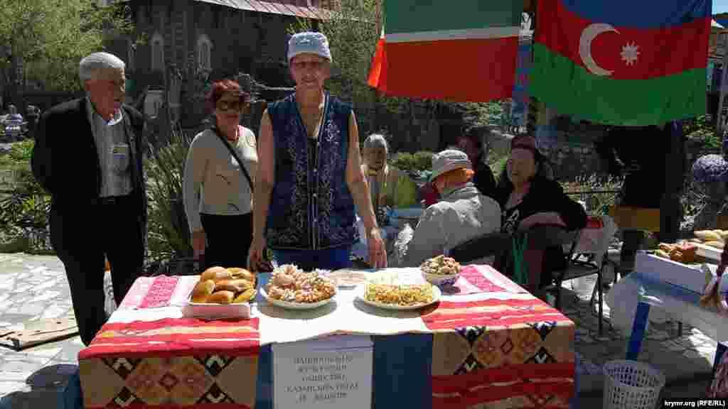 Национальное общество казанских татар и башкир приготовило чак-чак, блинчики и пирожки с луком и яйцами.