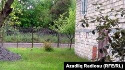 Rudəkənar kəndində tikanlı məftildən çəkilmiş sərhəd evlərin 5-6 addımlığındadır.