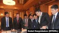 Кыргыз депутаттары Грузия президенти Михаил Саакашвилинин кабыл алуусунда. 2012-жылдын 7-февралы.