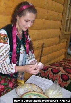 На одному з лемківських фестивалів: молода лемкиня готує пироги