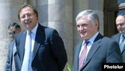 Armenia -- Foreign Ministers Eduard Nalbandian of Armenia (R) and Grigol Vashadze of Georgia meet in Yerevan on 04Sep2009