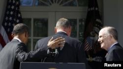 تام دونیلون (راست) در مراسم بدرقه ژنرال جیمز جونز توسط باراک اوباما (چپ)