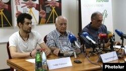 Րաֆֆի Մովսիսյանը (ձ), Միքայել Ստամբոլցյանը (կ) և Արա Խանջյանը լրագրողների հետ հանդիպմանը: 22-ը հունիսի, 2016 թ․