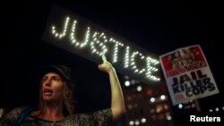 Протесты в Нью-Йорке после отказа суда предъявить обвинения белому полицейскому, застрелившему афроамериканца в Фергюсоне. 24 ноября 2014 года.