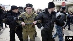 Орусиялык ыктыярчылар Крым парламентине барчу жолду тороп турушат. 6-март, 2014-жыл.