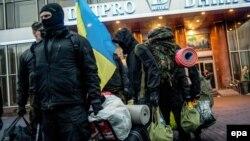 «Правий сектор» залишає штаб-квартиру в готелі в Києві, 1 квітня 2014 року