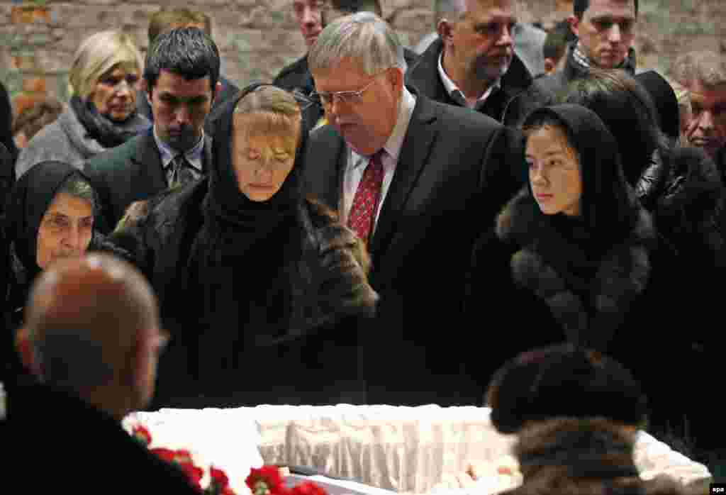 U.S. Ambassador to Russia John F. Tefft (center) pays his respects to Nemtsov's family.