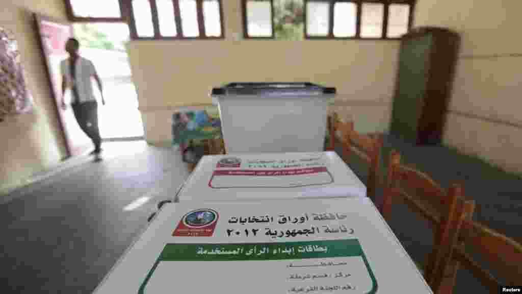 Biračko mesto u Kairu uoči izbora, 22. maj 2012.