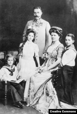 Эрцгерцог Франц Фердинанд с женой и детьми
