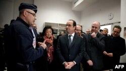 Бруно Ле Ру (справа от президента Франсуа Олланда) во время брифинга