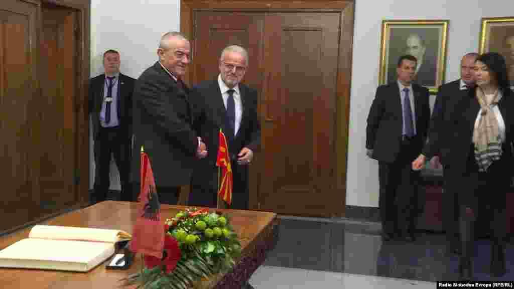 МАКЕДОНИЈА - Комисиската расправа за амандманите на Уставот, кои произлегуваат како обврска од Преспанскиот договор, ќе започне на 17 декември, пленарната седница на Собранието треба најрано да биде закажана на 9 јануари идната година, а гласањето да се случи на 15 јануари, изјави претседателот на македонското Собрание Талат Џафери. Тој денеска му беше домаќин на неговиот албански колега Грамоз Ручи, а во фокусот на нивната средба беше Преспанскиот договор.