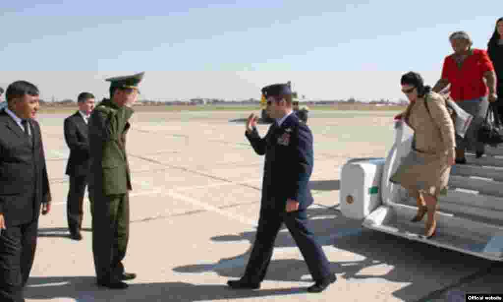 Türkmenistanyň Goranmak Ministri Ý.Berdiýew Türkmenabadyň aeroportynda ABŞ-nyň delegasiýasyny garşylaýar -