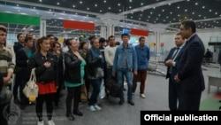 Представители Министерства занятости и трудовых отношений Узбекистана с гражданами, возвращенными в страну из-за трудных обстоятельств за границей.