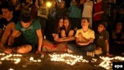 Поминальные свечи вблизи того места в Гуш Этцион, где были найдены тела израильских подростков