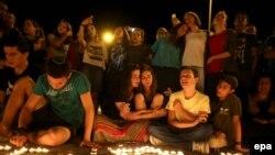 Поминальные свечи вблизи того места в Гуш Этцион, где были найдены тела израильских подростков.