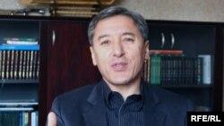 """Сопредседатель оппозиционной партии ОСДП """"Азат"""" Болат Абилов. Алматы, 27 апреля 2010 года."""