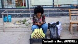 O vânzătoare ambulantă în Cimișlia