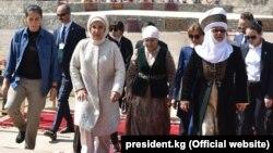 Эмине Эрдоган, Айгуль Токоева и экс-президент КР Роза Отунбаева.