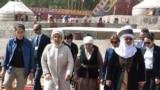 Президент Сооронбай Жээнбеков менен экс-президент Роза Отунбаева.