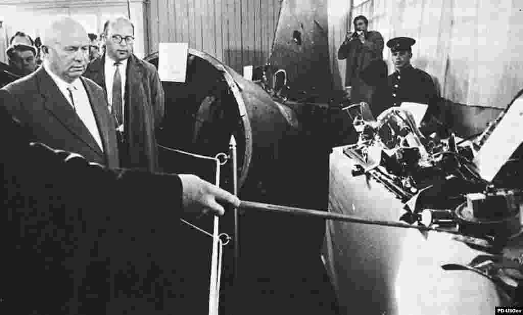 Хрущов дивиться на рештки американського літака-шпигуна, який збили над СРСР 1960 року. Цей випадок спричинив кризу у відносинах СРСР із Заходом.