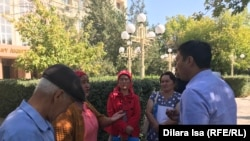 Жители села Акдала в Туркестанской области, требующие восстановить их дома, поврежденные после взрывов боеприпасов в военном хранилище, у здания акимата города Арысь. Арысь, 20 сентября 2019 года.