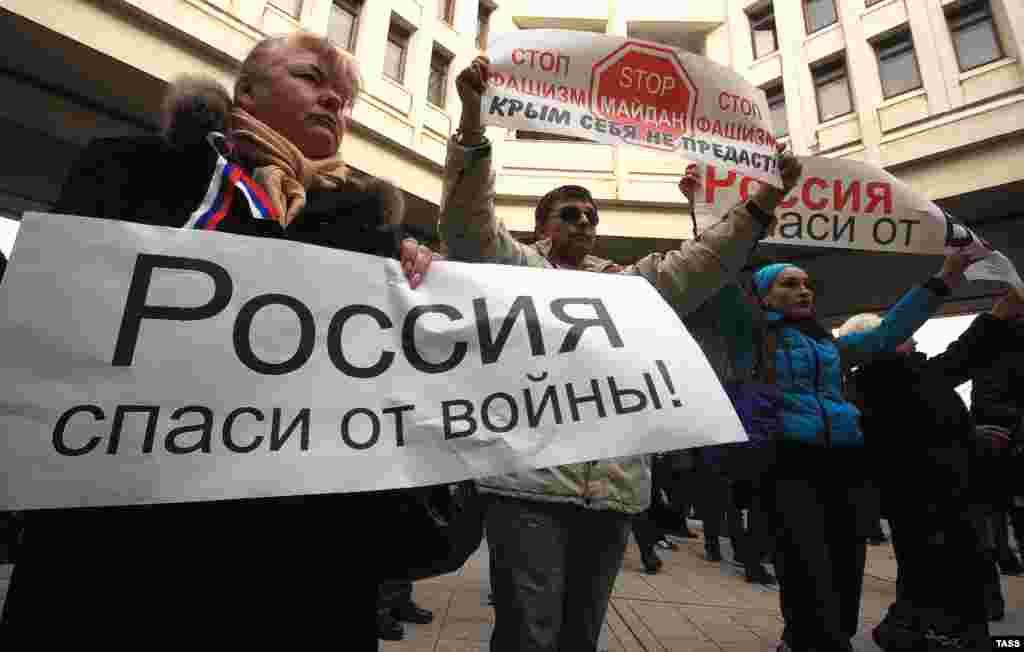 Протестующие в Симферополе, 25 февраля