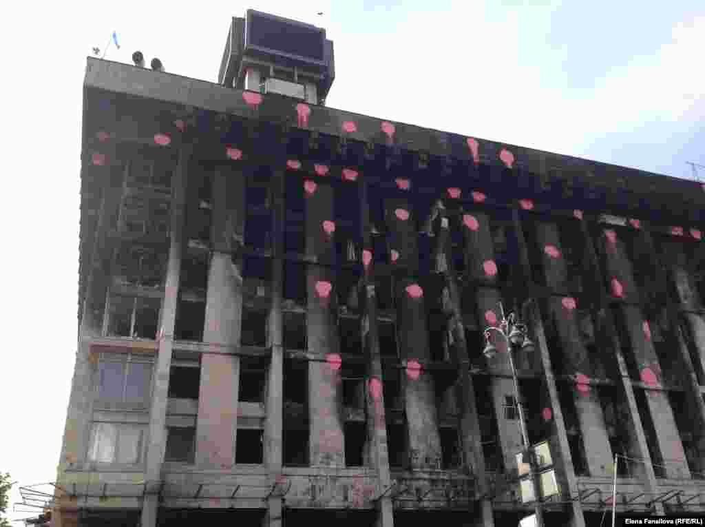 Дом профсоюзов, детали. Розовые точки - современное искусство, работа альпинистов