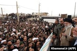 بازدید رهبر جمهوری اسلامی از مناطق زلزلهزده کرمانشاه؛ وحید حقانیان معاون امور ویژه دفترش در کنار او مشاهده میشود