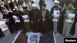 شیعیان عراق روز دوشنبه نیز در اعتراض به اعدام شیخ نمر تظاهرات کرده بودند. عکس روحانیونی که پوستر پادشاه عربستان را لگدمال میکنند.