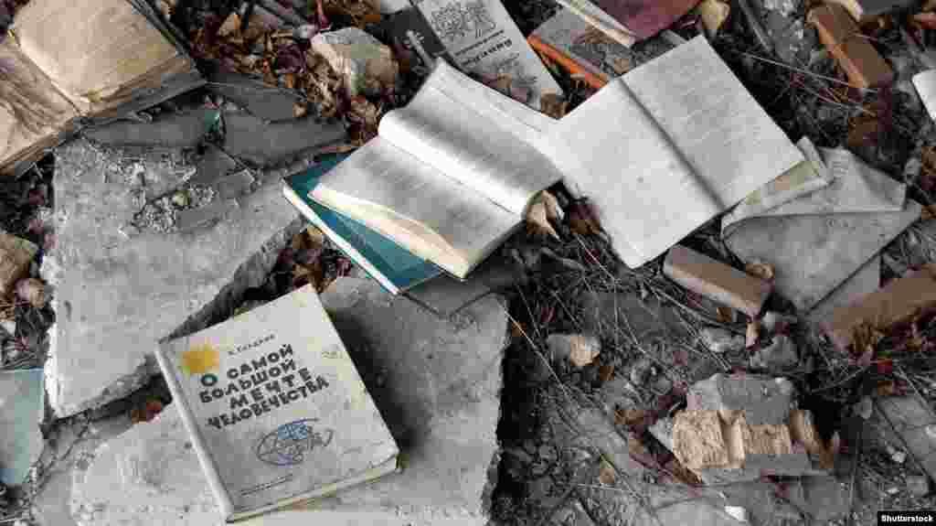 Апат аймағындағы ғимараттардың бірінде қалған кітаптар. Украина. Мұрағаттағы сурет.