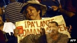 Венесуэла -- Уга Чавестин бир тарапкери анын каза болгонун уккан соң сүрөтүн көтөрүп, ыйлап турат. Каракас, 5-март, 2013.