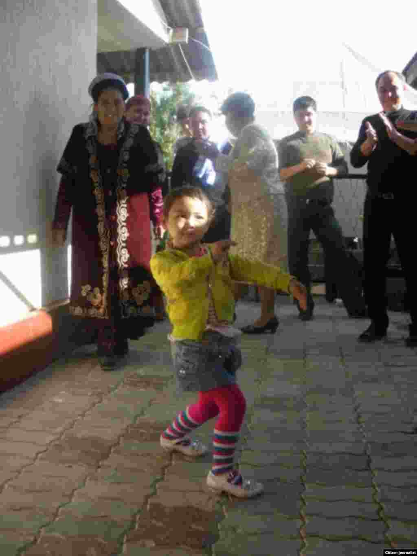 Девочка танцует Кара жоргу. Прислал Омир Шыныбекулы