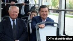 Президент Мирзиëев Самарқандга қайтган янги трамвайлардан бирида шаҳар кезди.