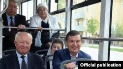 Президент Узбекистана Шавкат Мирзияев едет в салоне самаркандского трамвая вместе с местными активистами.
