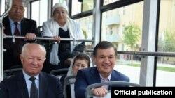 Шавкат Мирзияев Самарқанда трамвайда отыр.