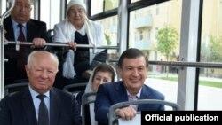 Президент Узбекистана Шавкат Мирзияев в трамвае в Самарканде.