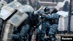 Вооруженные милиционеры во время столкновения с антиправительственными демонстрантами. Киев, 20 января 2014 года.