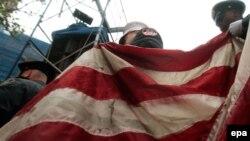 سربازان آمریکایی در حال حمل پرچم ایالات متحده