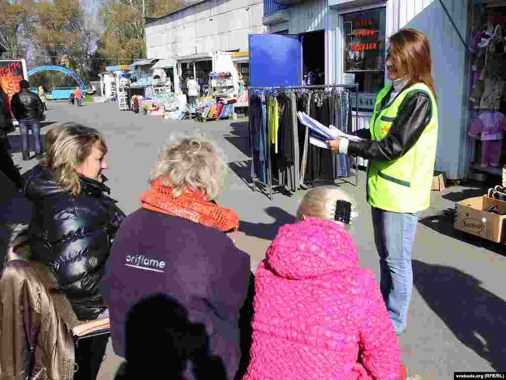 Ганна Красуліна зьбірае подпісы за Яраслава Раманчука на Смалявіцкім рынку.