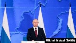 Владимир Путин выступает перед депутатами обеих палат парламента