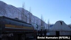 Гульча: сторонники Келдибекова перекрывают автотрассу