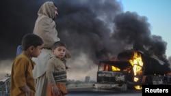 პაკისტანი, 2011 წლის 12 დეკემბერი: იწვის ნატოს სატვირთო მანქანები, რომლებზეც თავდასხმა მოეწყო სამხრეთ-დასავლეთში მდებარე ბალუჩისტანის პროვინციაში.