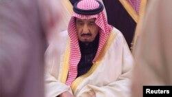 Сауд Арабиясының жаңа королі Салман ибн Әбдел-Әзиз әл-Сауд ағасы король Абдулланы жерлеу рәсімінде отыр. 23 қаңтар 2015 жыл.