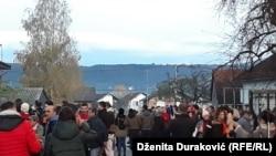 U petak su trebale početi nove mjere koje podrazumijevaju ograničeno kretanje migranata (protest građana ispreed 'Bire')