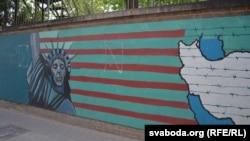 Графіці на агароджы былой амбасады ЗША
