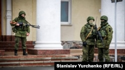 Rusiye silâlı askerleri Aqmescit aeroportında. 2014 senesi arpelniñ 28