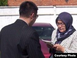 Роза Джумагельдиева (на снимке справа), мать подсудимого и одновременно заключенного тюрьмы в Гранитном Армана Джумагалиева, возле тюрьмы в Кокшетау, где идет судебный процесс по делу о бунте. Кокшетау, 17 августа 2011 года.
